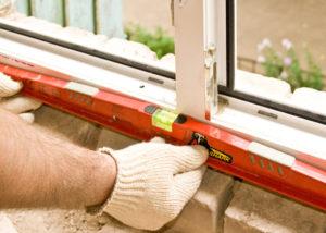 проверка уровнем при установке окна